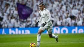 Gareth Bale, conduce el balón durante el partido ante el Valencia