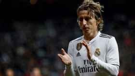 Luka Modric aplaude durante el partido disputado ante el Valencia