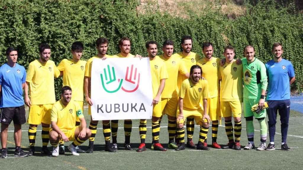 Los jugadores del Peñagrande con la pancarte de Kubuka. Imagen cedida por el CD Peñagrande