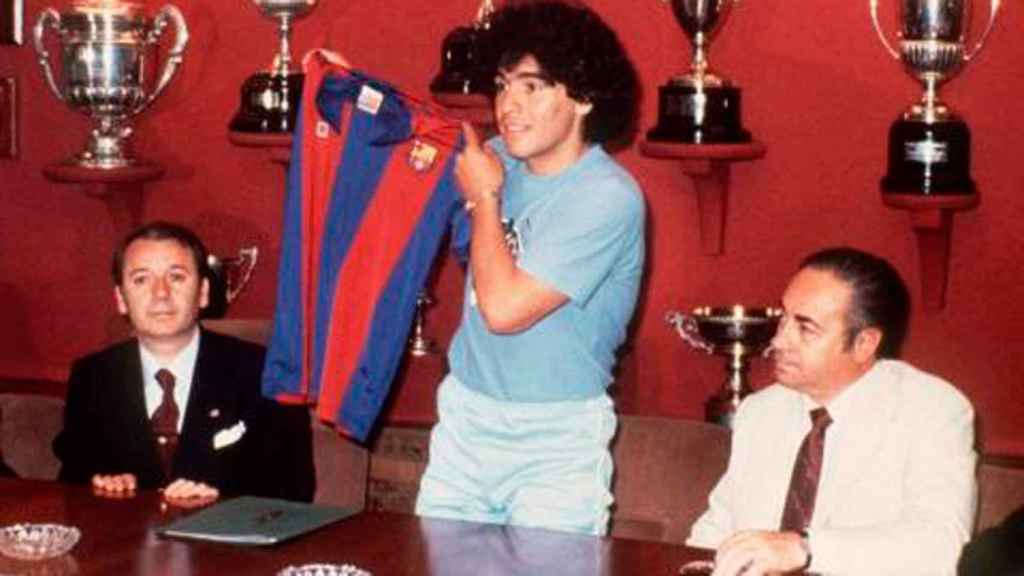 Maradona posa con la camiseta del Barcelona junto José Luis Nuñez, presidente del club azulgrana.