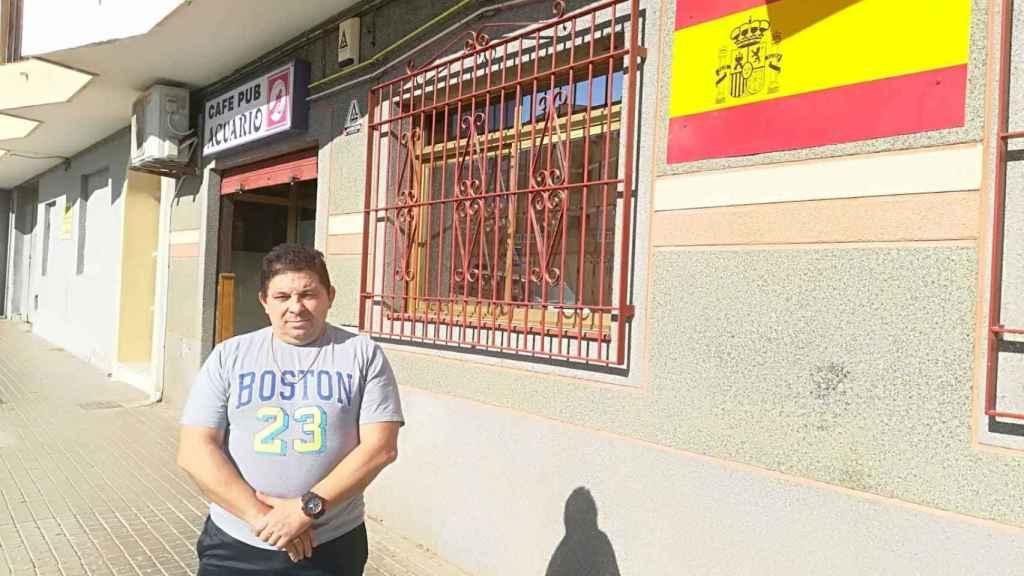 Fernando Fuentes, de 51 años, vecino de El Ejido (Almería). Permite que se le fotografíe en la puerta de su negocio, El Acuario.