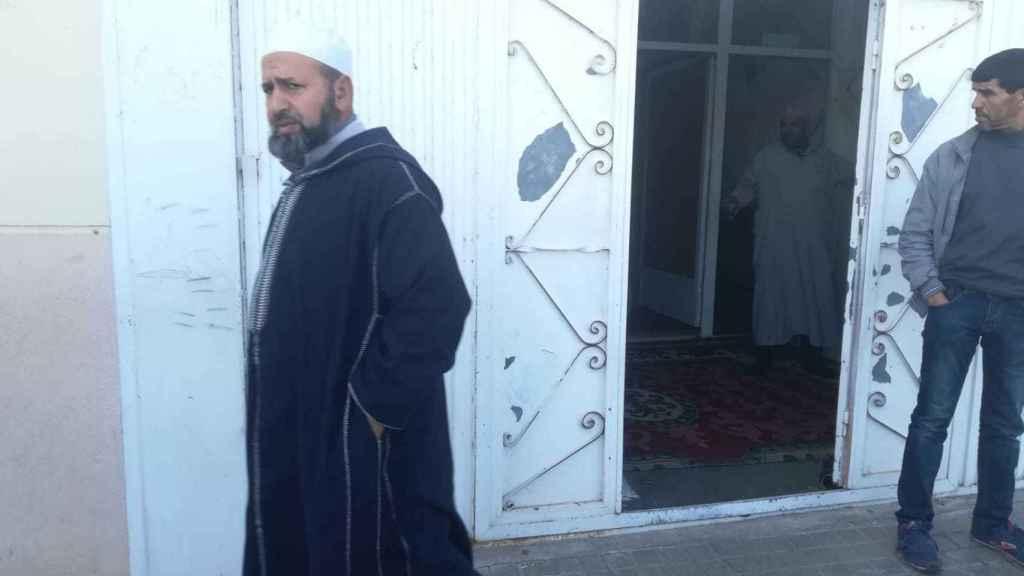 Un ciudadano marroquí sale este lunes de la mezquita de Las Norias, una barriada de El Ejido.