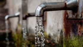 Una fuente de agua de varios caños.