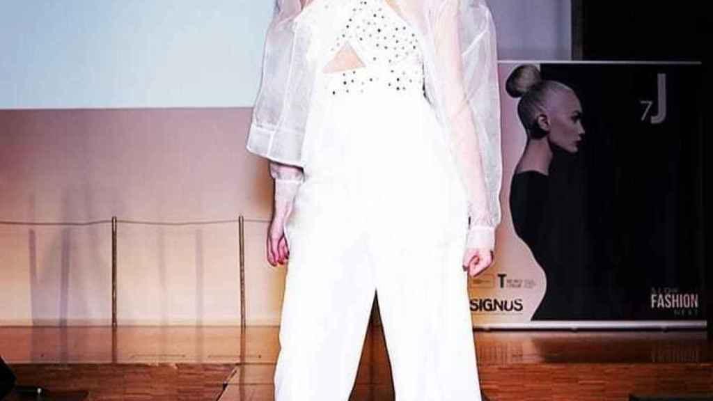 Una modelo luciendo una de sus prendas en una imagen de redes sociales.