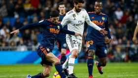Guedes e Isco disputan un balón en el encuentro entre Real Madrid y Valencia.