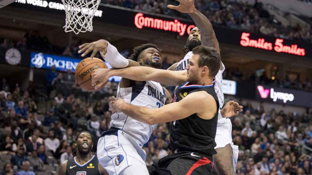Los jugadores de Dallas defienden a un atacante