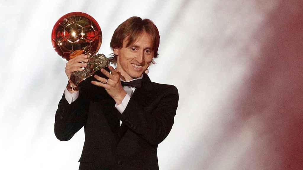 Luka Modric del Real Madrid sostiene su trofeo del Balón de Oro