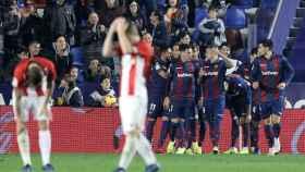 Los jugadores del Levante celebran uno de los tres goles ante el Athletic.