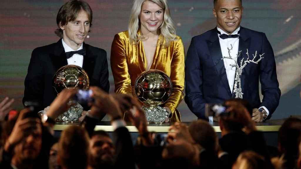 Luka Modric del Real Madrid, Ada Hegerberg del Olympique Lyonnais, y Kylian Mbappe del Paris St Germain