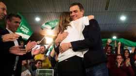 Abrazo entre Susana Díaz y Pedro Sánchez en campaña.