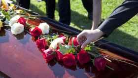 Pide a su cita de Tinder que vista de negro y la lleva al funeral de la abuela