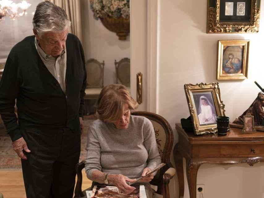 Joaquín revisa junto a Conchita, su mujer, las fotografías del pasado.
