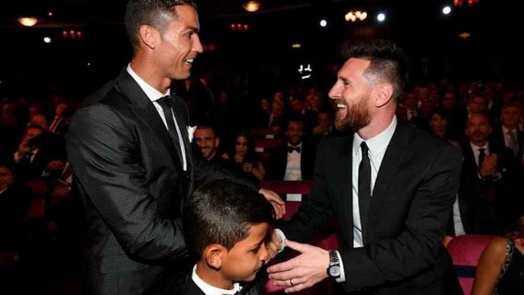 Cristiano Ronaldo y Messi se saludan durante una gala del Balón de Oro