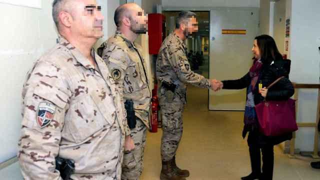 Margarita Robles saluda a militares españoles en Kabul, en una visita realizada en 2018.