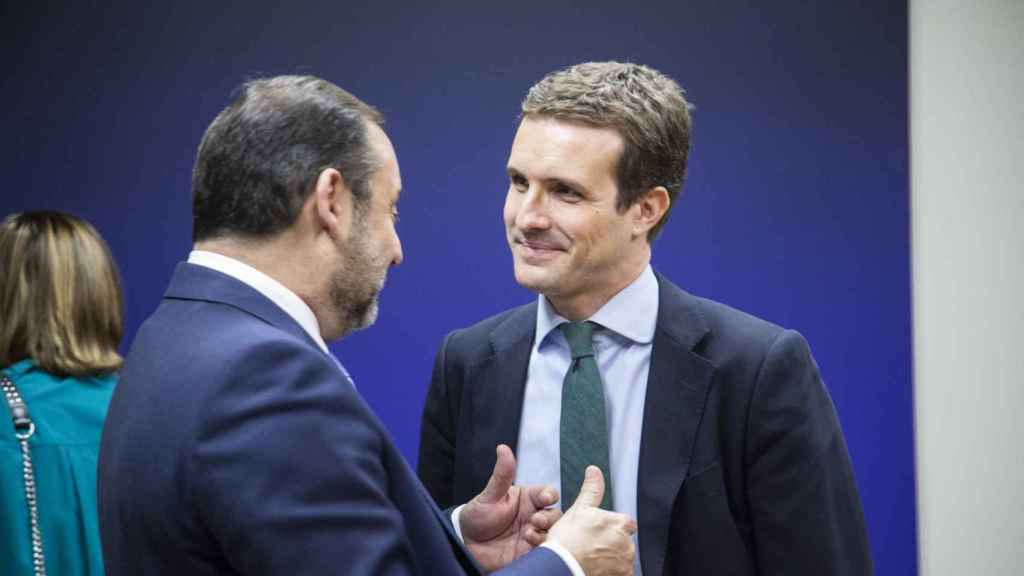 José Luis Ábalos y Pablo Casado conversan durante el estreno de la Constitución autógrafa.
