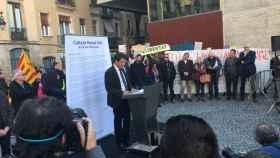 Manuel Valls, rodeado de antisistema en el Raval de Barcelona.