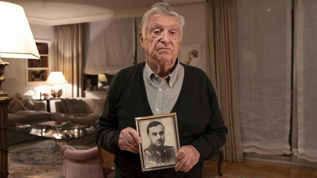 Joaquín sostiene un retrato de su padre, fusilado por un piquete comunista en 1936.