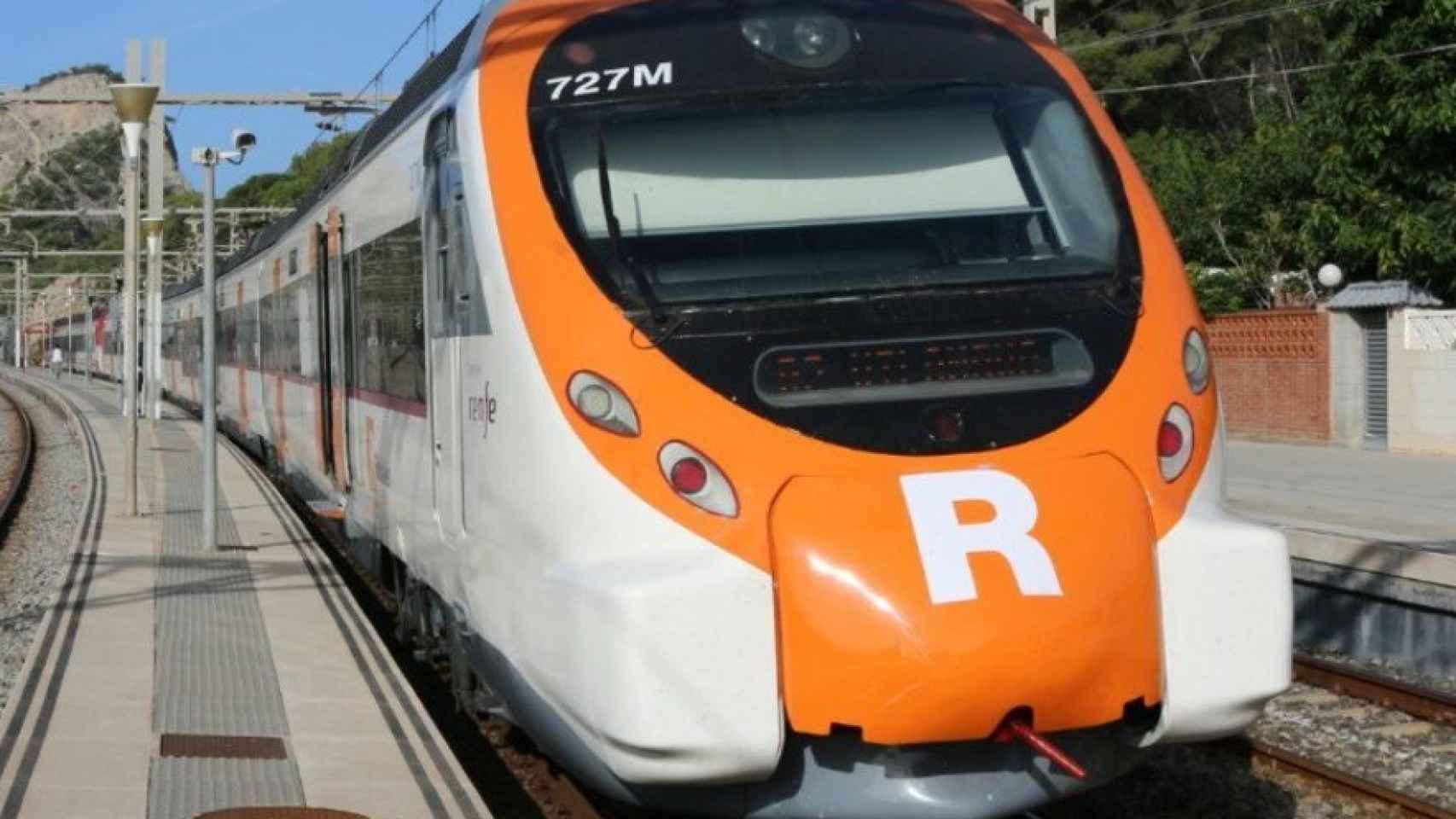 Un tren de cercanías limpio de pintadas.