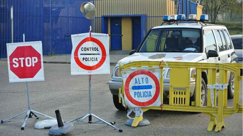 Puesto de control de la Policía Nacional para evitar las colas de solicitantes de asilo en la comisaría de Aluche.