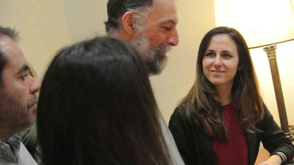 Ione Belarra (Unidos Podemos) y Alberto Víctor Lima, uno de los funcionarios interinos despedidos, en el registro del Congreso.