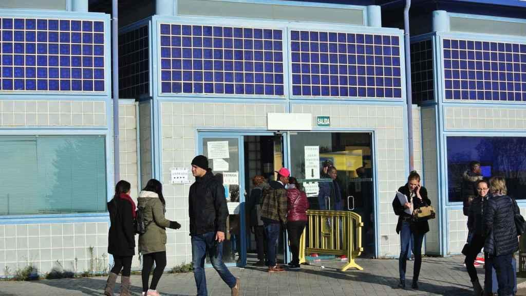 Varios inmigrantes abandonan la comisaría, junto al CIE de Aluche, tras intentar tramitar sus papeles.