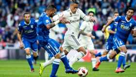 Mariano Diaz y el defensa de la UD Melilla Jilmar Steed Torres durante en el Santiago Bernabéu