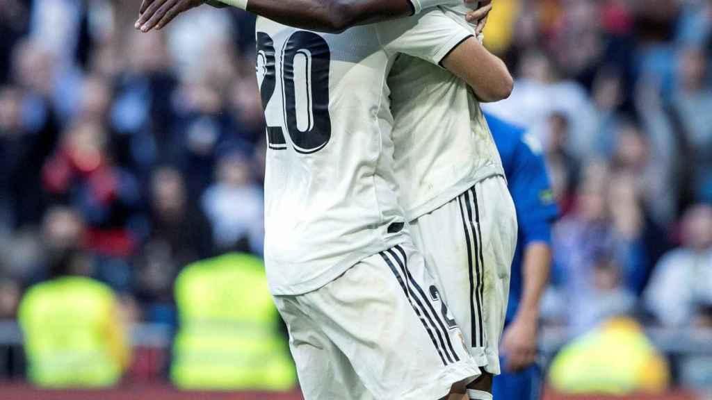 Marco Asensio y Vinicius JR celebran uno de los goles del equipo ante el Melilla