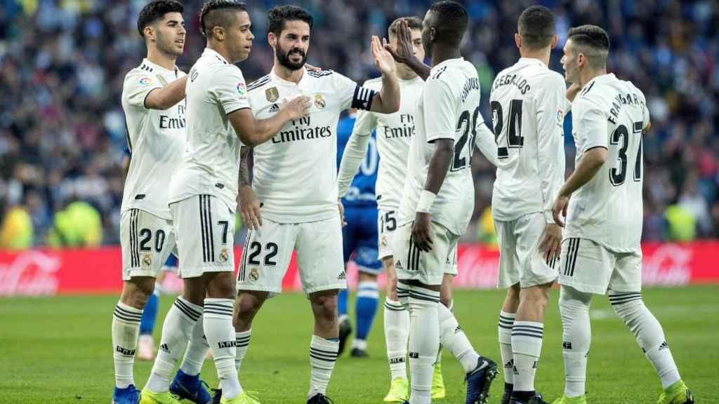 Isco Alarcón celebra con sus compañeros del Real Madrid un gol ante el Melilla