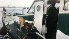 Una patrulla de la Guardia Civil se prepara para salir a buscar migrantes en las costas de Senegal