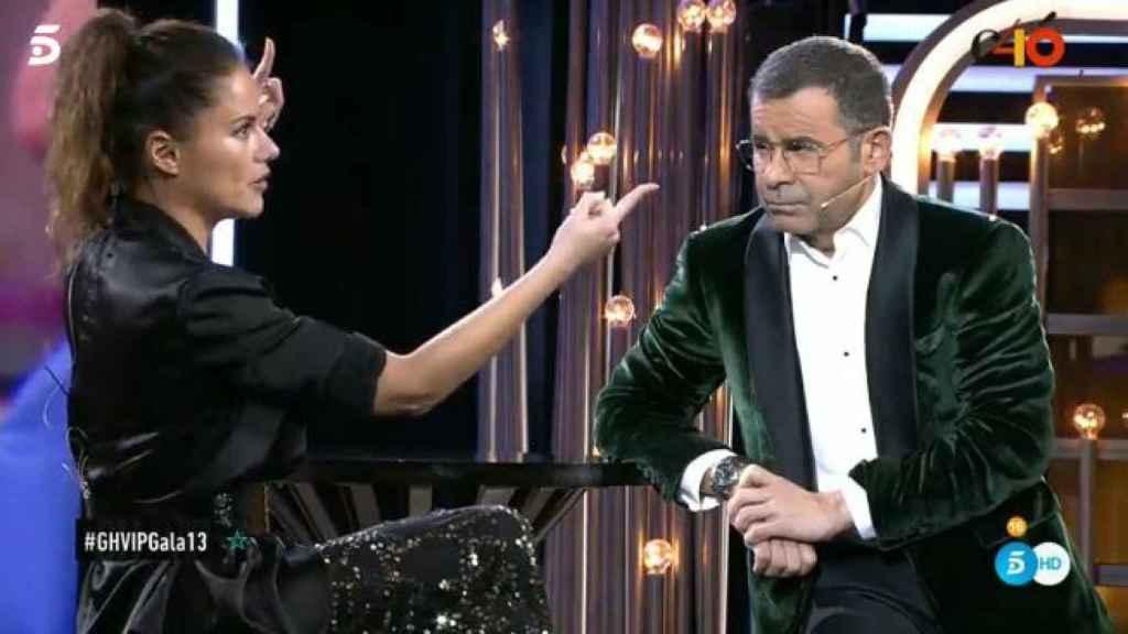Jorge Javier entrevistando a Mónica.
