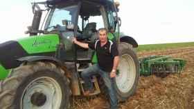 Aurelio González con su tractor  en San Miguel de la Ribera, en Zamora