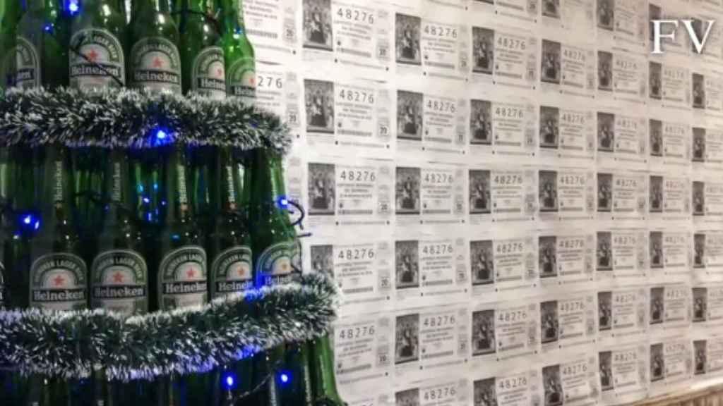 El árbol cervecero decorado.