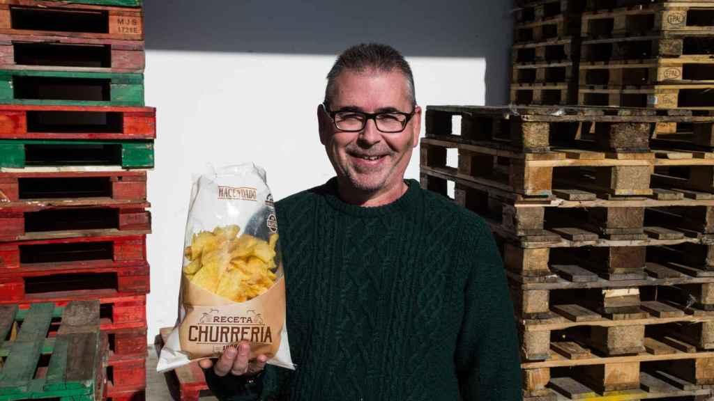 Antonio, contable de la compañía, con la bolsa de sus patatas que se venden en Mercadona
