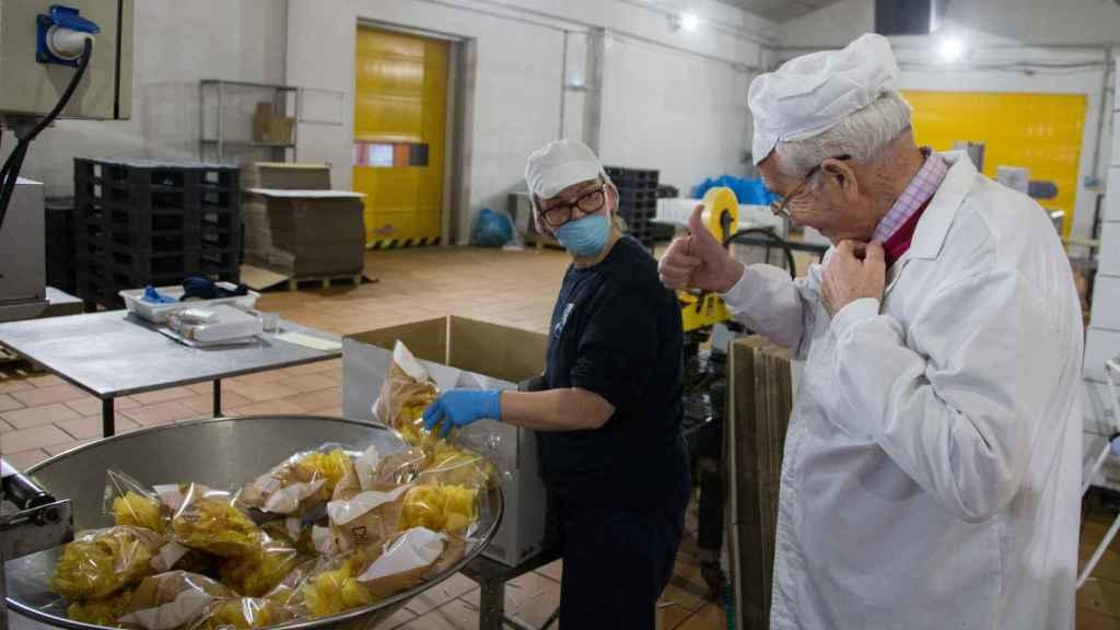 Antonio Córdoba anima a una de las trabajadores durante una de las visitas que semanalmente hace a la fábrica de Montilla