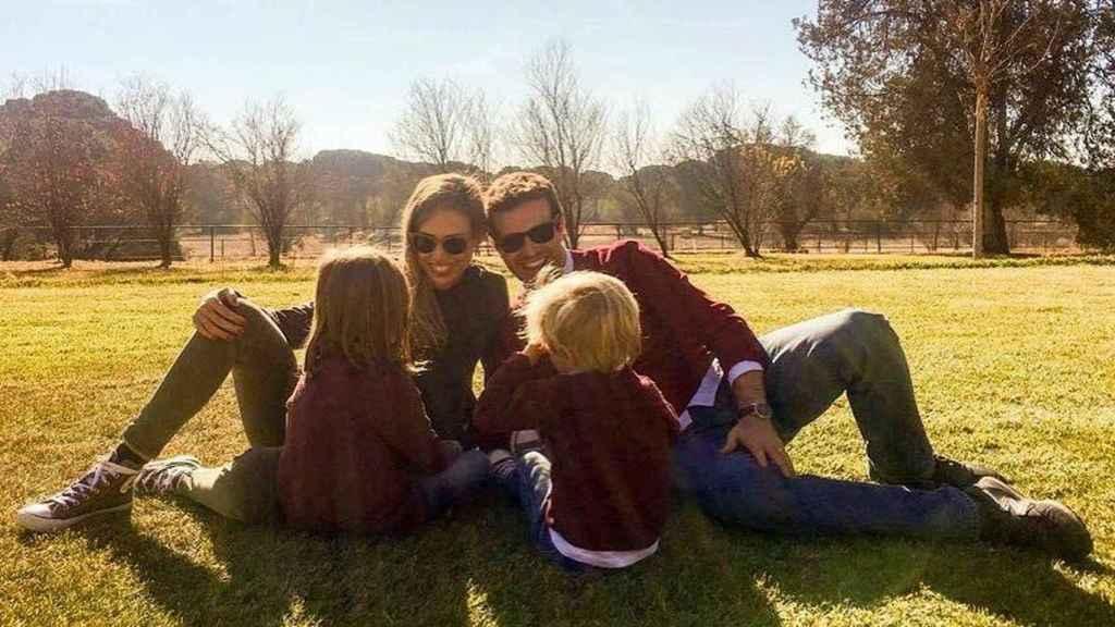 Pablo Casado, su mujer Isabel Torres, y dos de sus hijos