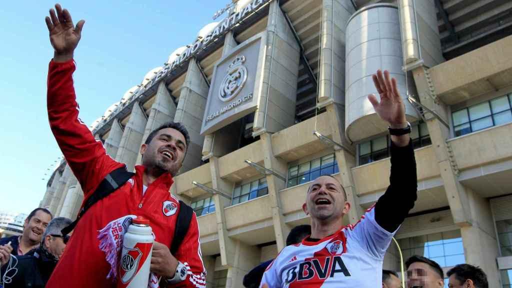 Aficionados de River Plate a las puertas del Santiago Bernabéu.