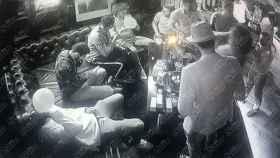 Las impactantes imágenes de la fiesta en la que los jugadores del Arsenal consumen 'hippy crack'. Fotos: The Sun