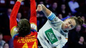 Franziska Müeller intenta un lanzamiento ante el bloqueo de Ainhoa Hernández Serrador en el España - Alemania del Europeo Femenino de Balonmano