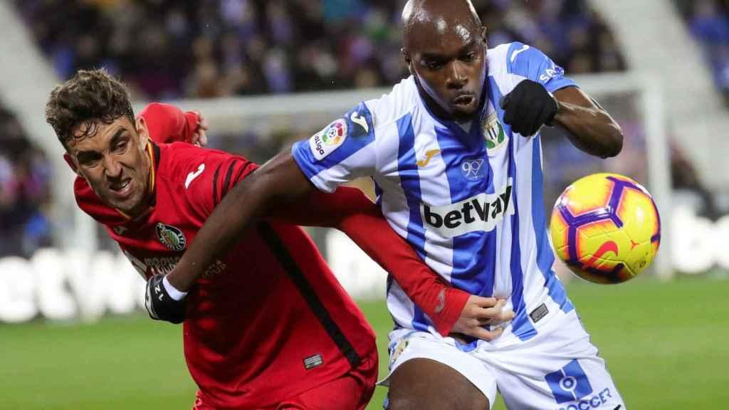 Nyom pelea un balón con Jaime Mata en Butarque