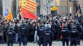 Manifestación separatista frente a un acto constitucional en Girona