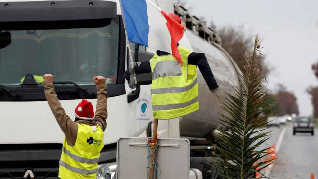 Los 'chalecos amarillos' impiden el paso de camiones a Francia por la frontera de Irún