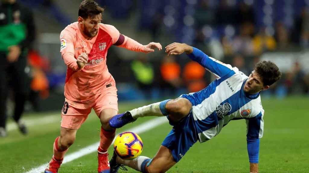 Messi pelea un balón con Dídac Vilá en el RCDE Stadium