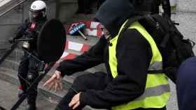 'Chalecos amarillos' belgas se enfrentan a la policía ante los edificios oficiales de Bruselas.