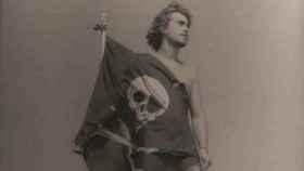Una fotografía antigua de Germán con la bandera pirata a la puerta de su casa.