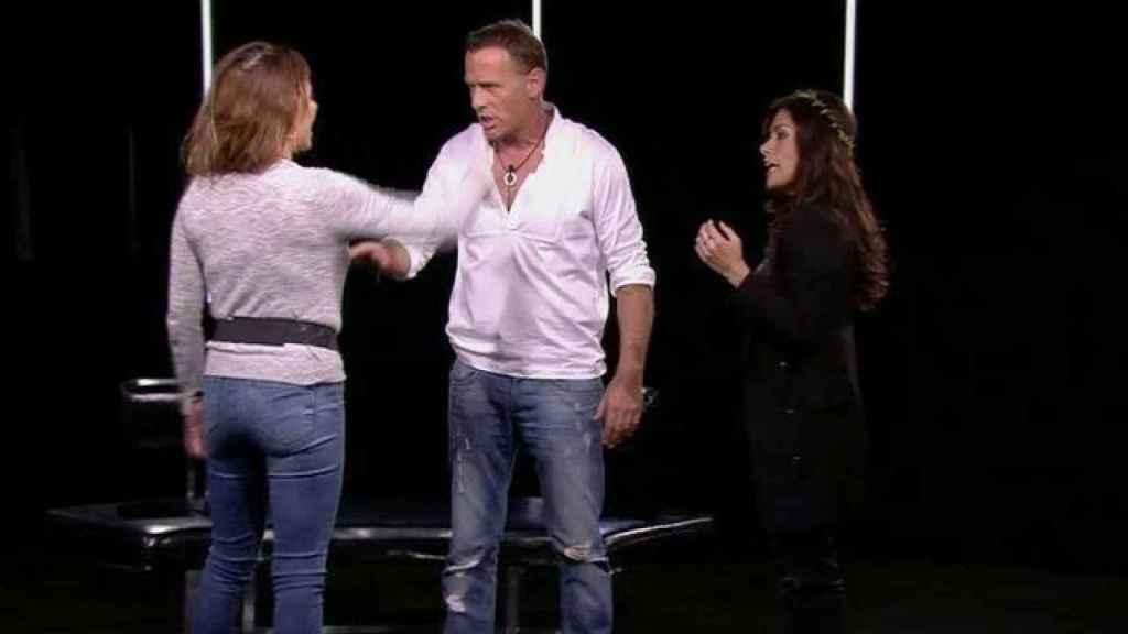 Carlos Lozano junto a Miriam y Mónica en 'GH VIP'.