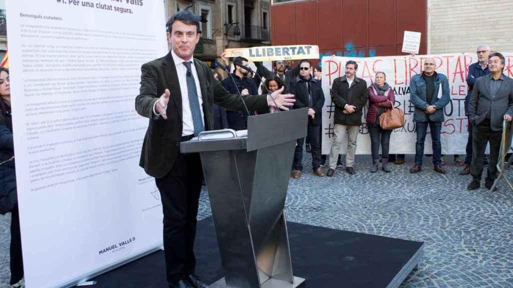 Valls, durante uno de sus mitines boicoteados.