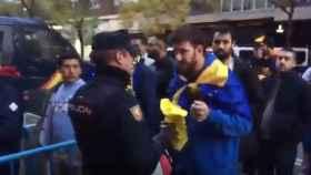 La Polícía retiró los pañuelos amarillos a la afición de Boca a la entrada al Santiago Bernabéu