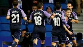 Toni Villa celebra con sus compañeros su gol en el Real Sociedad - Valladolid de La Liga