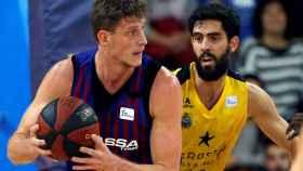 Artem Pustovoy protege el balón ante Javi Beirán