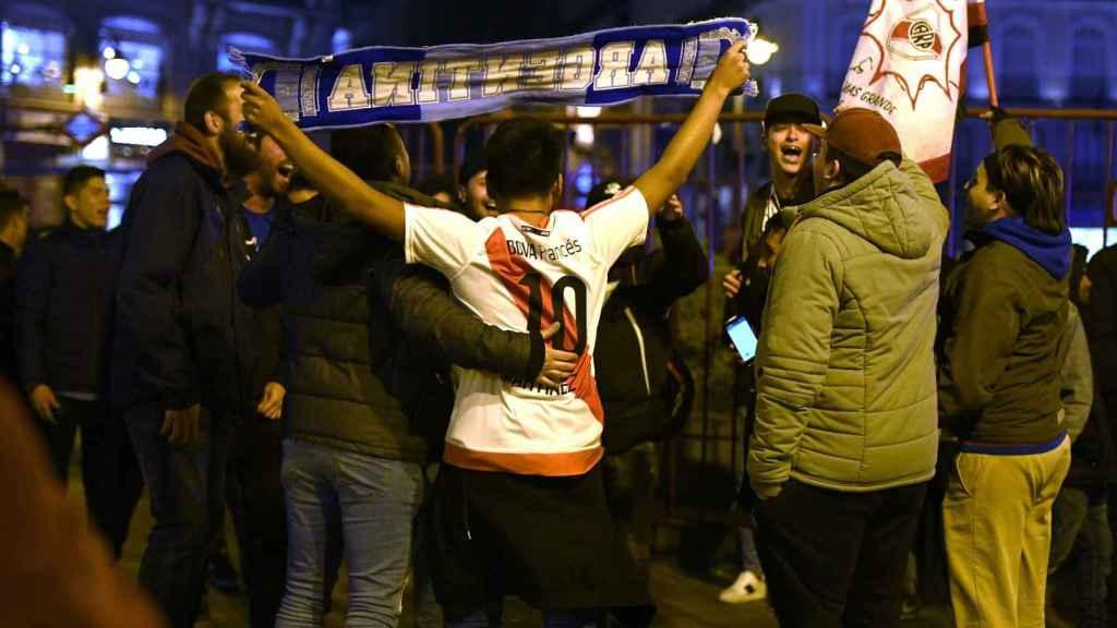 La afición de River Plate celebra en la Puerta del Sol la Libertadores